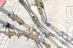 缆绳举行对地面的专栏 免版税库存照片