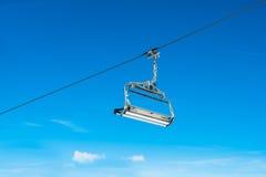 缆绳反对蓝天的滑雪椅子 免版税库存照片