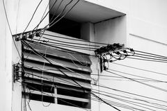 缆绳和导线在大厦 免版税库存照片