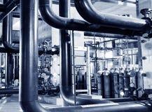 缆绳和管道系统如被找到在工业能源厂里面 免版税图库摄影