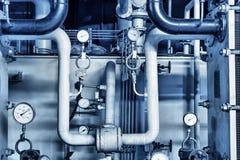 缆绳和管道系统如被找到在工业能源厂里面 免版税库存图片