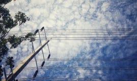 缆绳塔和天空 免版税库存照片