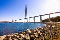缆绳被停留的桥梁到俄国海岛。符拉迪沃斯托克。俄罗斯。 免版税图库摄影