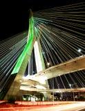 缆绳被停留的桥梁在晚上在圣保罗巴西 库存照片