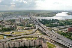 缆绳被停留的桥梁, 19.07.2007,俄罗斯, Petersb的建筑 库存图片