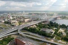缆绳被停留的桥梁, 19.07.2007,俄罗斯, Petersb的建筑 免版税库存照片