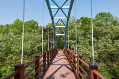 缆绳被停留的步行桥 免版税库存照片
