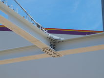缆绳被停留的浅田足迹步行桥 免版税图库摄影