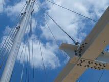 缆绳被停留的浅田足迹步行桥 库存图片
