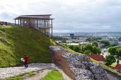 缆索铁路在城堡小山(登上Gediminas)在背景老 免版税库存图片