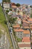 缆索铁路在老房子旁边 免版税库存图片