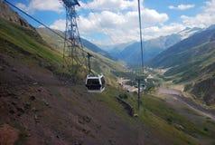 从缆索铁路的看法到Terskol村庄在Elbrus地区 库存图片