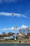 缆索铁路的第比利斯-宣扬空中览绳反对蓝天 库存照片