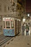 缆索铁路(Elevador)在里斯本在夜 库存图片