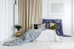 缎蓝色布料在卧室 免版税库存图片