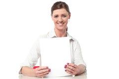 编写年终报告的公司夫人 免版税图库摄影