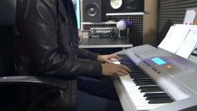 编排者在音乐生产概念的录音室递演奏键盘 影视素材