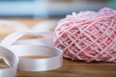 编物纱球与丝带的 免版税库存照片