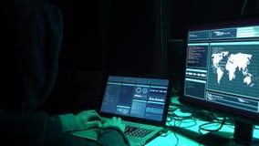 编码病毒ransomware的被要的黑客使用膝上型计算机和计算机在地下室 网络攻击,打破的系统和 股票视频