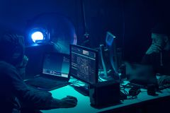 编码病毒ransomware的被要的黑客使用膝上型计算机和计算机 网络攻击,系统打破和malware概念 库存照片