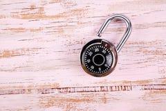 编码锁在木书桌 免版税库存图片