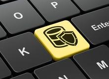 编程的概念:与盾的数据库在键盘背景 免版税库存照片
