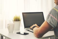 编程膝上型计算机的自由职业者的程序员新的网站 库存照片