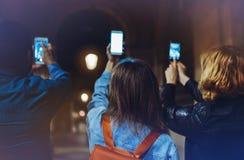 编组使用在手手机特写镜头,在街道,朋友一起指向的博客作者的网上Wi-Fi互联网概念的成人行家 免版税库存照片