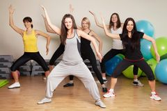 编组培训在健身中心 免版税图库摄影