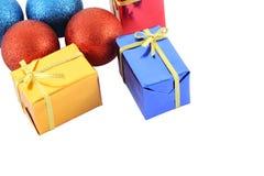 编组多个颜色礼物盒和圣诞节球 库存图片