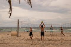 编组打在一个美丽的海滩的齐射球 免版税库存图片
