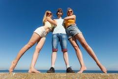 编组朋友获得男孩两的女孩室外的乐趣 图库摄影