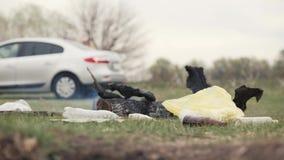 编组留下垃圾、瓶和无灵感的火的青年人在野餐以后 股票视频