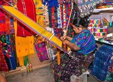 编织与皮带织布机的玛雅妇女在安提瓜岛,危地马拉 库存图片