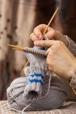 编织与竹针的一只袜子 免版税库存图片