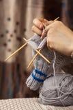 编织与竹针的妇女的手一只袜子 图库摄影
