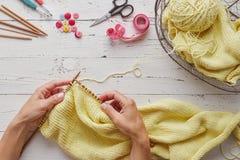 编织与针和毛线的妇女手 免版税库存照片