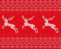 编织与鹿和装饰品的圣诞节设计 Xmas无缝的样式红色背景 被编织的冬天毛线衣纹理 免版税库存图片