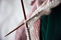 编织从一团毛茸的毛线 库存照片
