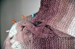 编织从一团毛茸的毛线 免版税库存图片
