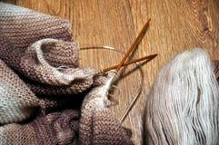 编织从一团毛茸的毛线 库存图片