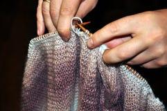 编织从一团毛茸的毛线 图库摄影
