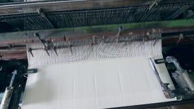 编织在一家现代纺织品工厂的织品的过程 股票视频