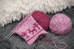 编织在圈子的五根针的羊毛手套的过程的特写镜头 库存照片