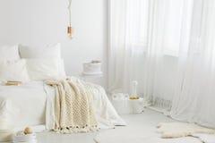 编织毯子和大窗口 免版税库存照片