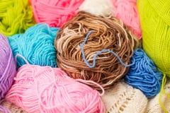 编织的五颜六色的螺纹 关闭五颜六色的毛线羊毛,很多球 手工制造冬天衣裳的编物纱 免版税图库摄影