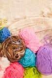 编织的五颜六色的螺纹 关闭五颜六色的毛线羊毛,很多球 手工制造冬天衣裳的编物纱 库存图片