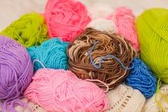 编织的五颜六色的螺纹 关闭五颜六色的毛线羊毛,很多球 手工制造冬天衣裳的编物纱 免版税库存图片