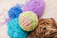 编织的五颜六色的螺纹 关闭五颜六色的毛线羊毛,很多球 手工制造冬天衣裳的编物纱 库存照片
