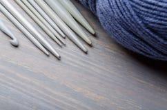 编织的和钩编编织物的工具 免版税库存照片